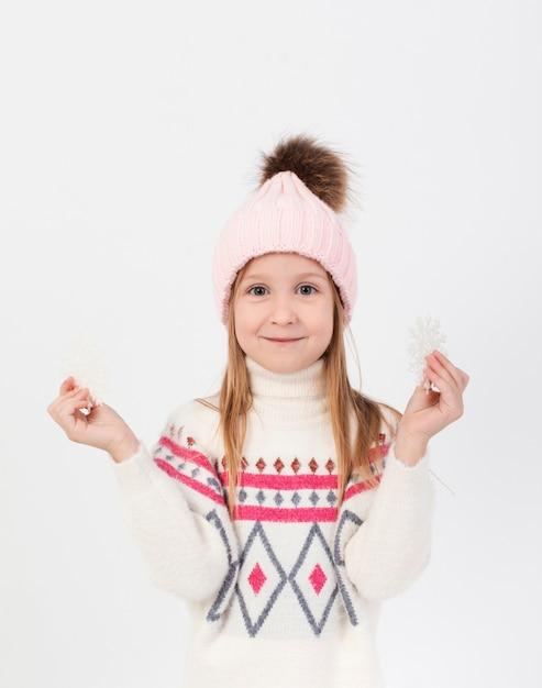 雪片を保持しているかなりブロンドの女の子 無料写真