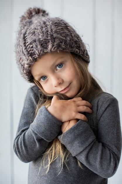 冬の帽子と愛らしいブロンドの女の子 無料写真