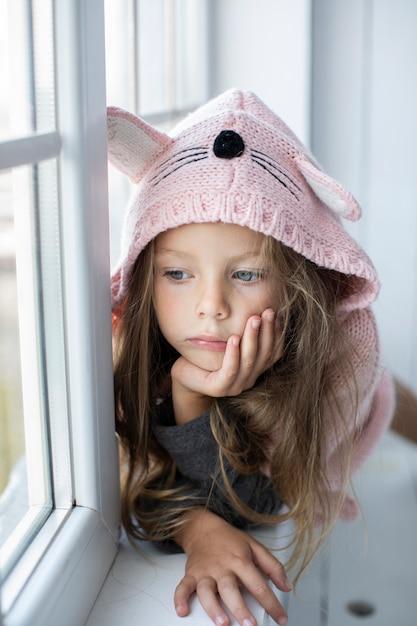 Милая маленькая девочка в розовом пуловере Бесплатные Фотографии
