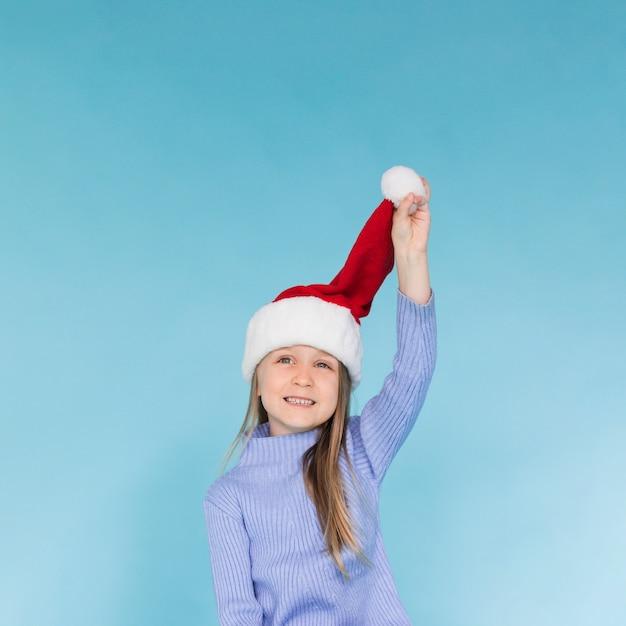 サンタクロースの帽子で遊ぶかわいい女の子 無料写真