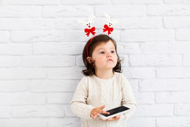 電話で遊んで面白い少女 無料写真