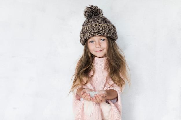 Модно одетая маленькая девочка смотрит на фотографа Бесплатные Фотографии