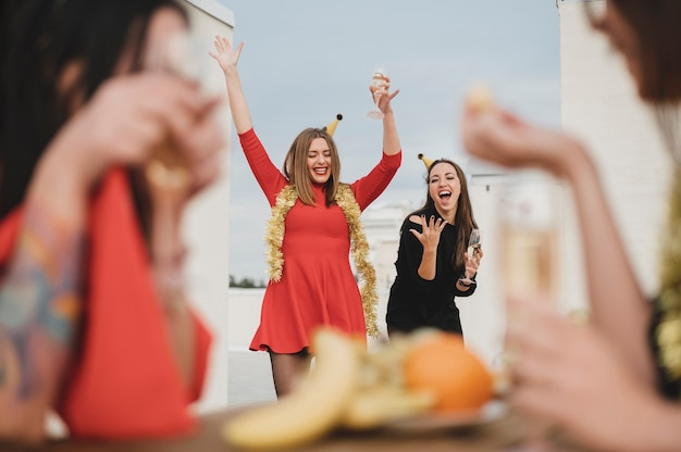 屋上で楽しんでゴージャスな女性 無料写真