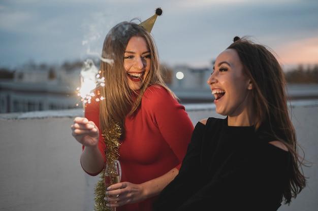 花火を持って笑う女性 無料写真