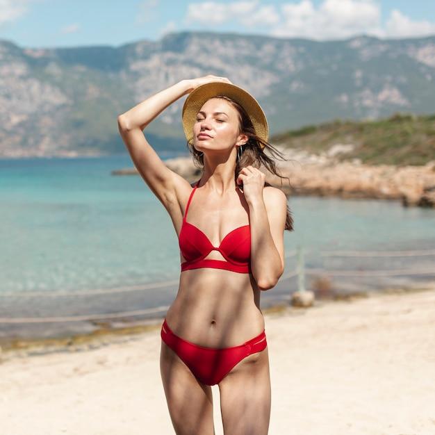 ビーチに立っている美しい女性 無料写真