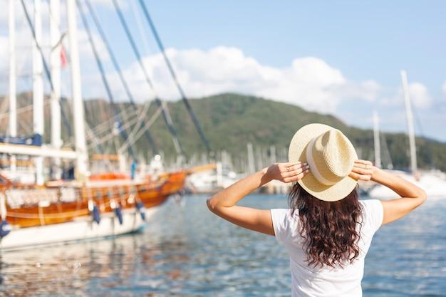 ポートに立っている若い女性 無料写真