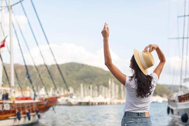 Молодая женщина, стоя с руки на порт Бесплатные Фотографии