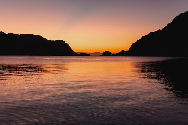 夕暮れ時の美しい暗い海の風景 無料写真