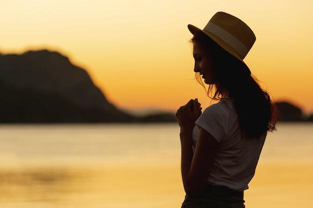 Женщина и закат на берегу озера Бесплатные Фотографии
