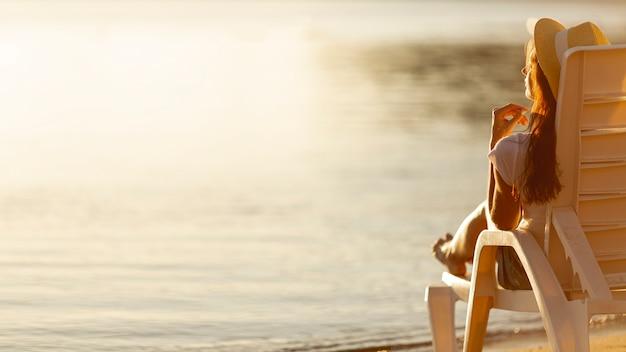 海を見てサンベッドを置く女性 無料写真