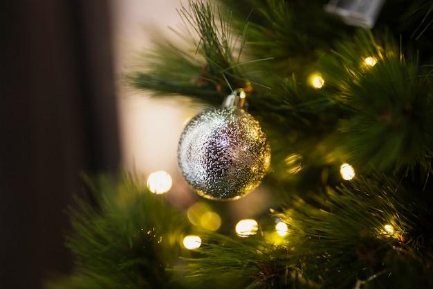クローズアップ明るいクリスマスボール 無料写真