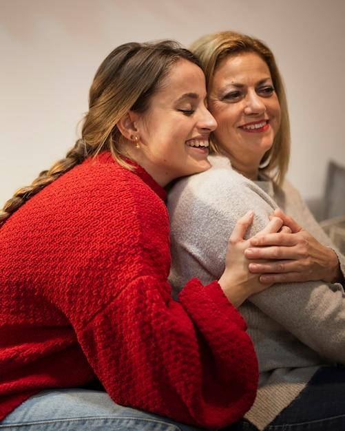 Счастливая мать и дочь обнимаются Бесплатные Фотографии