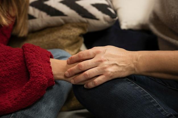 クローズアップの母と娘が手を繋いでいます。 無料写真