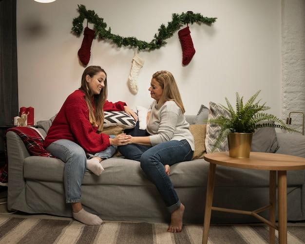 娘と母のクリスマスを祝う 無料写真