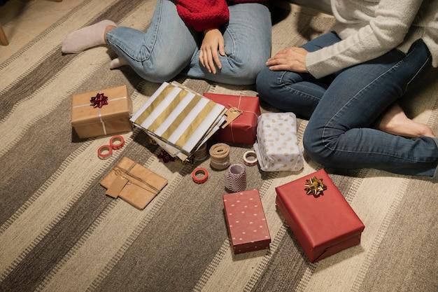クローズアップ家族とプレゼント 無料写真