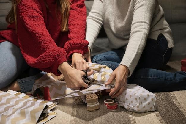娘と母がプレゼントを包む 無料写真