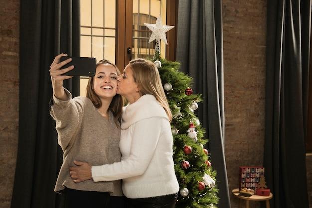 Дочь и мать фотографируют вместе Бесплатные Фотографии