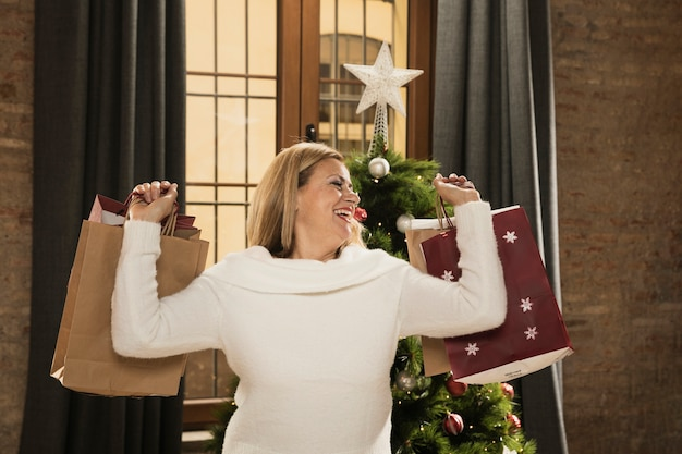 買い物袋で幸せな母 無料写真