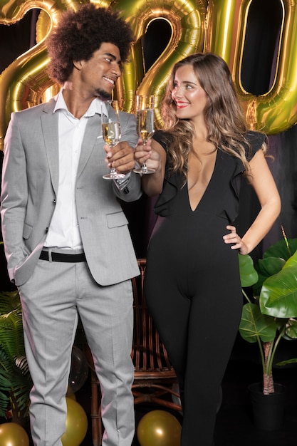 お互いを見て、シャンパンのグラスを持っている人 無料写真