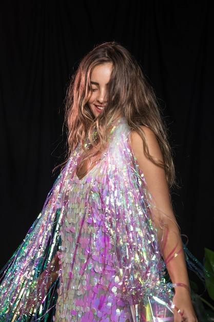 ダンスとパーティーの輝きのショールを持つ少女のミディアムショット 無料写真