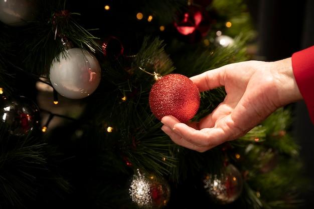 Макро рука держит рождественский бал Бесплатные Фотографии