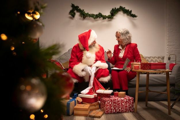サンタクロースとクリスマスの準備ができて女性 無料写真