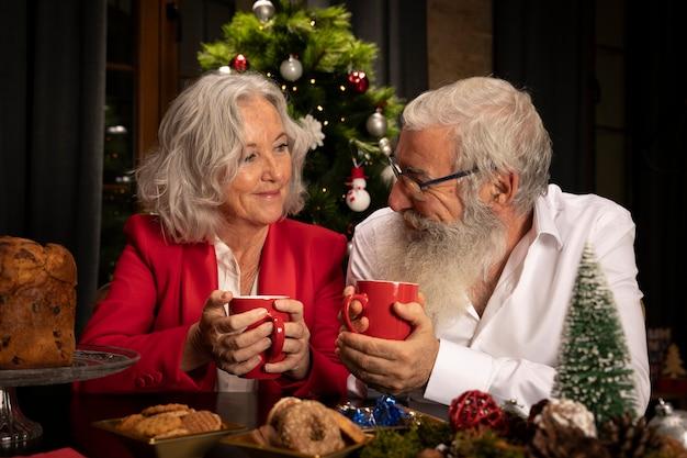 ひげを生やした男性と女性がクリスマスを祝う 無料写真