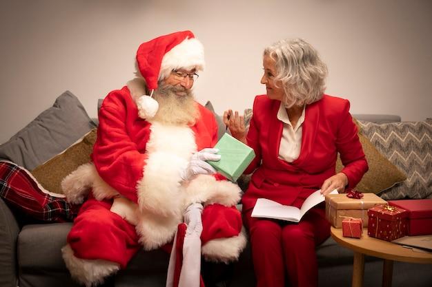 クリスマスの準備ができて女性とサンタクロース 無料写真