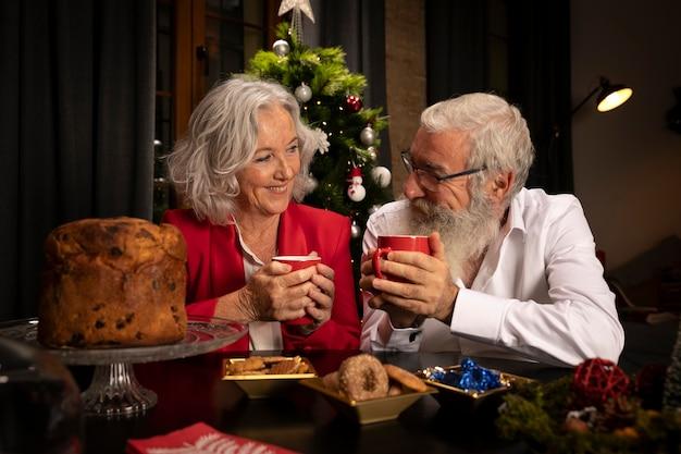 年配の男性と女性がクリスマスを祝う 無料写真