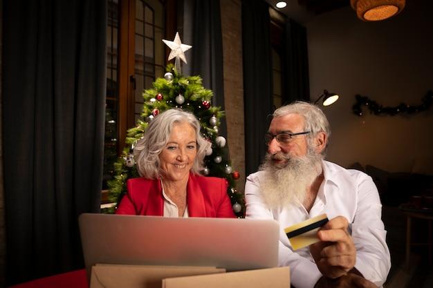 年配の男性と女性のオンラインショッピング 無料写真