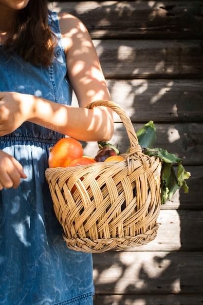 野菜のバスケットを持つ女性の手 無料写真