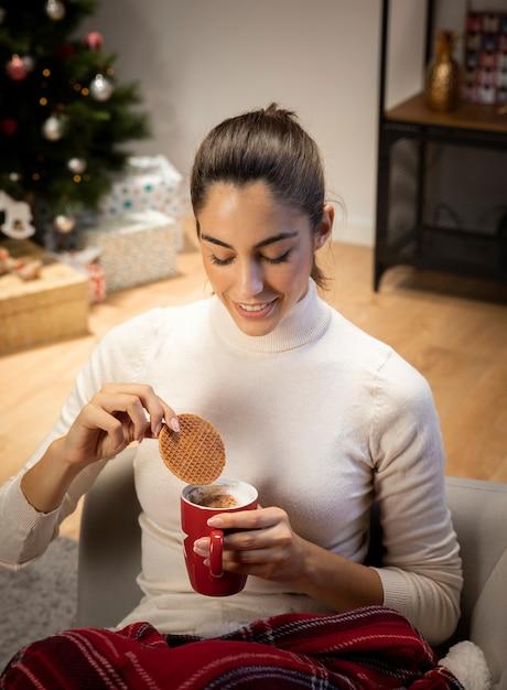 Красивая женщина смотрит на чашку кофе Бесплатные Фотографии