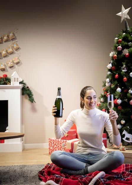 ボトルとシャンパングラスを保持している美しい女性 無料写真