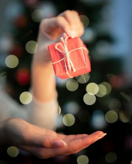クリスマスの時期にフロントビュー小さなラップギフト 無料写真