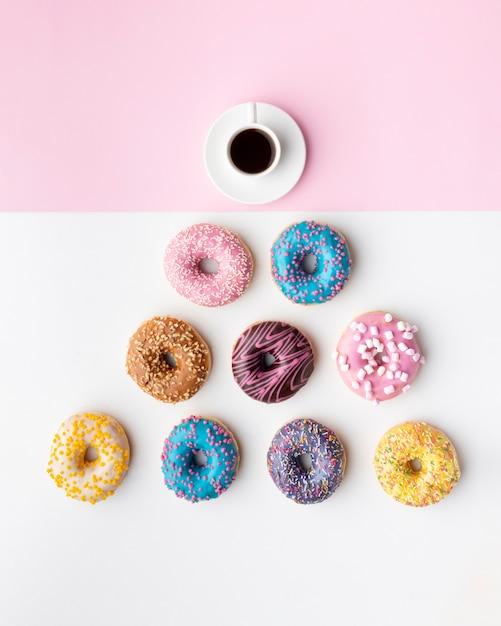 Ассорти пончиков и вид сверху кофе Бесплатные Фотографии