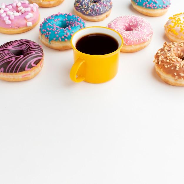 各種ドーナツとコーヒーコピースペース 無料写真
