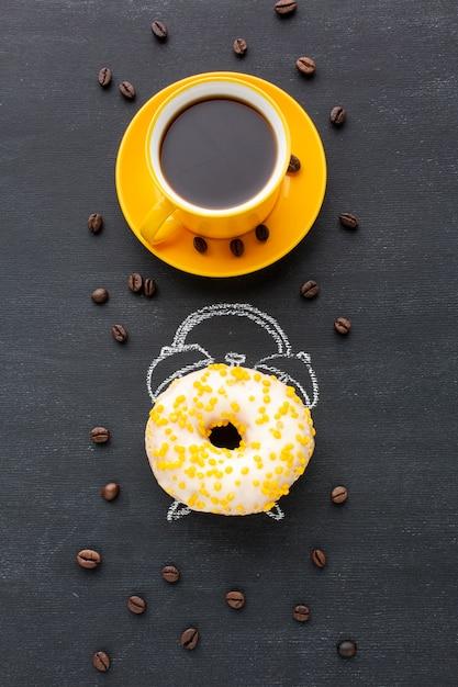 目覚まし時計のコンセプトとドーナツ 無料写真