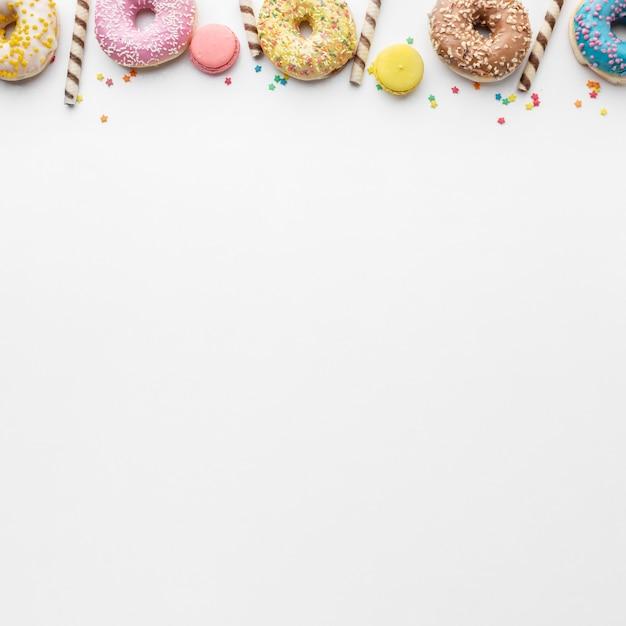 カラフルなドーナツとマカロンのコピースペース 無料写真