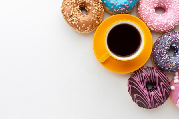 コーヒーコピースペースの横にあるドーナツ 無料写真