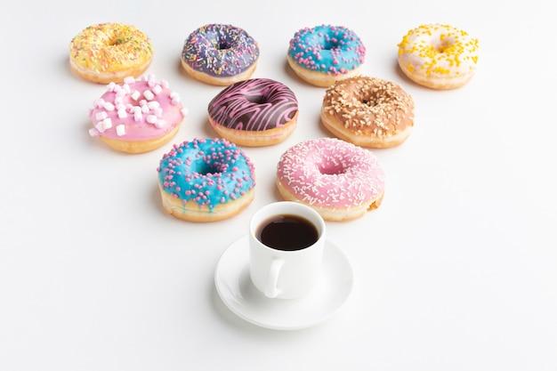 Организованные пончики с кофе Бесплатные Фотографии