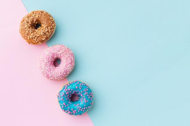 Глазированные пончики с копией пространства Бесплатные Фотографии