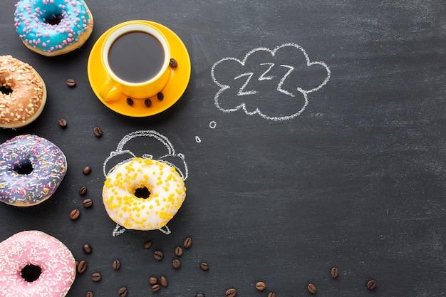 Сладкие часы с пончиками копией пространства Бесплатные Фотографии