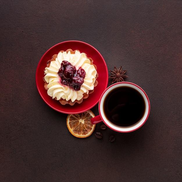 平らに横たわってホイップクリームとケーキ 無料写真