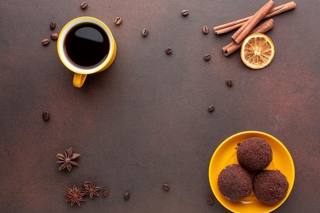 Печенье в окружении кофейных зерен Бесплатные Фотографии