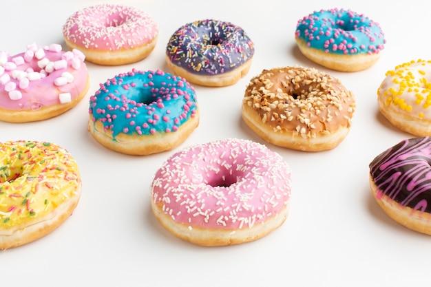 甘いカラフルなドーナツをクローズアップ 無料写真