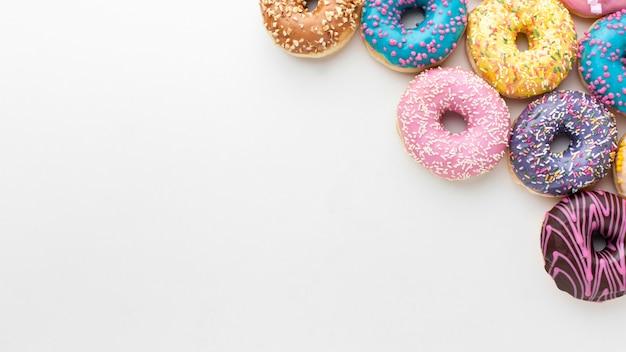 コピースペースでカラフルなドーナツ 無料写真