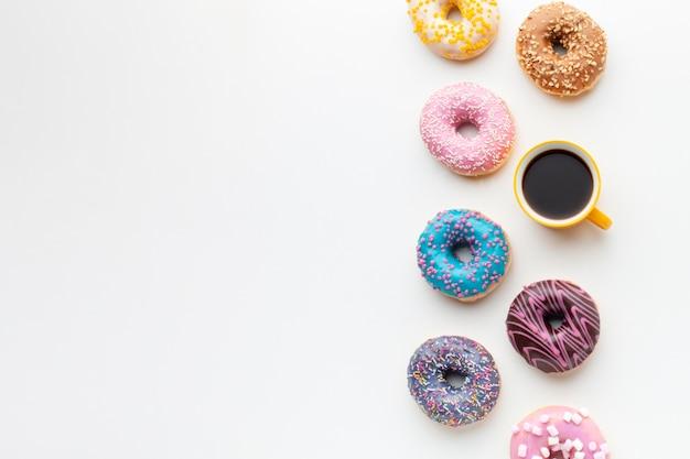 Симпатичные глазированные пончики с кофе Бесплатные Фотографии