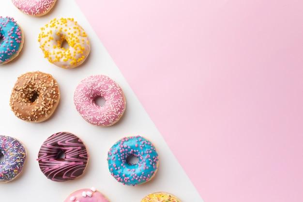 Симпатичные пончики с копией пространства Бесплатные Фотографии
