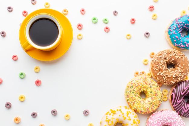 Пончики и кофе вид сверху Бесплатные Фотографии