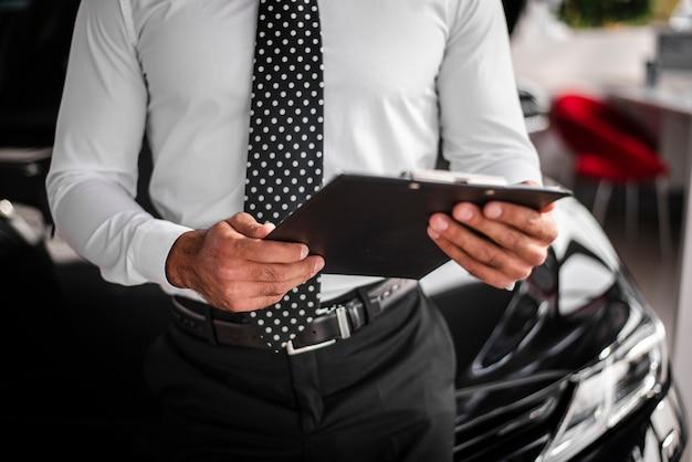 Крупным планом мужской проверки буфера обмена Бесплатные Фотографии